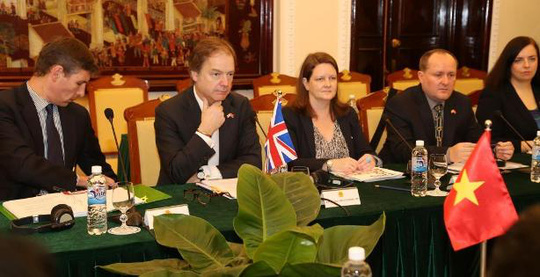 Quốc Vụ khanh Bộ Ngoại giao Anh Hugo Swire (thứ hai từ trái qua) là trưởng đoàn phía Anh