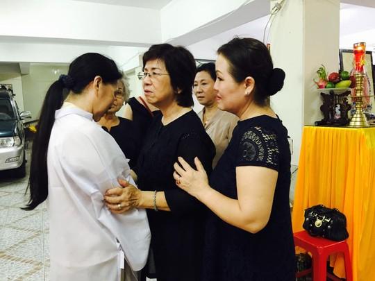 Nghệ sĩ nhiếp ảnh Đào Hoa Nữ, NSƯT Quỳnh Liên đến chia buồn với NSƯT Kim Xuân