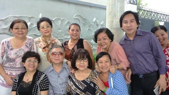 Kim Tử Long và các nghệ sĩ trong gia tộc chào mừng Bạch Lê về nước họp mặt gia đình
