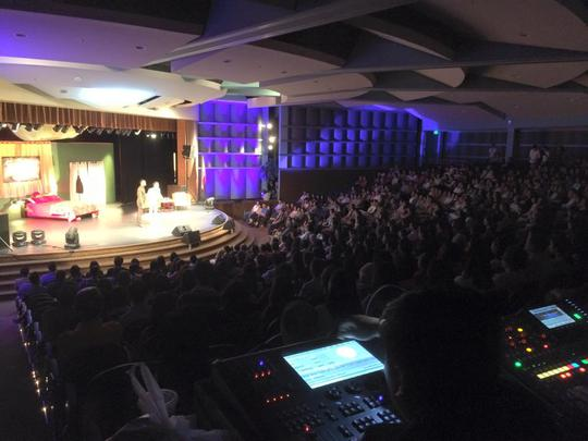 Đông kín khán giả kiều bào xem vở Hợp đồng mãnh thú tại San Jose - miền Bắc California - Mỹ