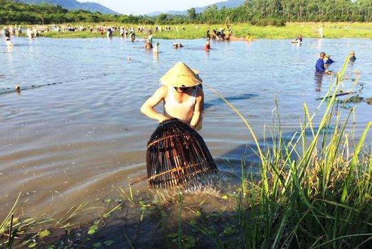 Hàng trăm người đội nắng nóng bắt cá trong lễ hội độc đáo