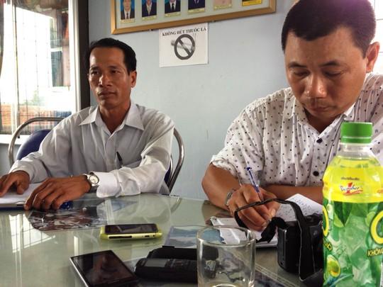 Ông Nguyễn Hoàng, Bí thư Đảng ủy xã Hòa Xuân Đông (bên trái) cho rằng theo cán bộ xã báo cáo thì đất ruộng nhà ông Chiêm không thuộc diện được đền bù