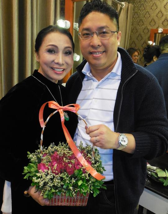 Con trai NSND Bạch Tuyết tặng mẹ lẵng hoa nhân ngày 8-3