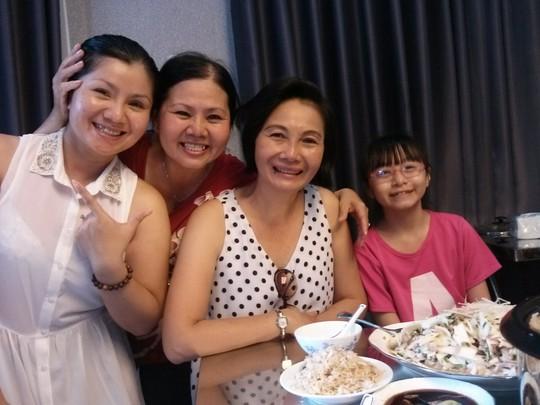 Tú Sương, Xuân Thu (em gái út của Thanh Tòng) và Yến Phương (vợ Công Minh - con dâu Minh Tơ) cùng với con gái của Công Minh - Yến Phương.