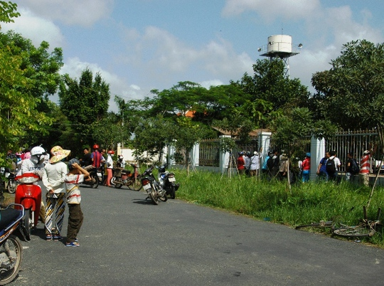 Người dân tập trung bên ngoài trụ sở Công an xã Nhị Bình, huyện Hóc Môn, TP HCM