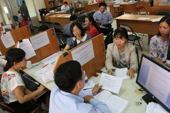 Người dân và doanh nghiệp đến Cục Thuế TP HCM hỏi thủ tục quyết toán thuế - Ảnh: Tiến Long