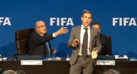 Brodkin thản nhiên nhục mạ ông Blatter như đang đóng kịch trên sân khấu