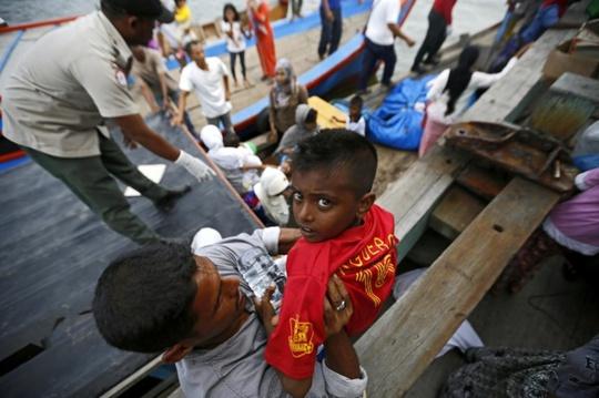 UNHCR ước tính có gần 4.000 người từ Myanmar và Bangladesh bị mắc kẹt trên biển. Ảnh: EPA