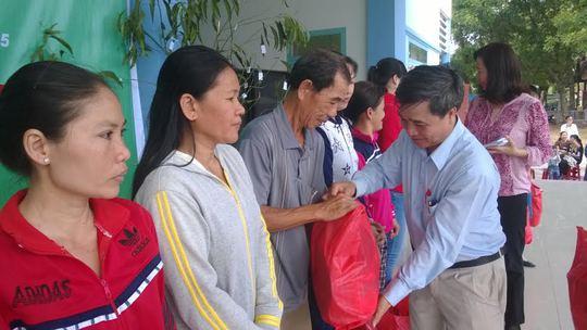Ông Nguyễn Thành Gia, Chủ nhiệm Ủy ban kiểm tra LĐLĐ TP HCM,  tặng quà cho CNVC-LĐ có hoàn cảnh khó khăn tại huyện Củ Chi, TP HCM ẢNH: MAI CHI