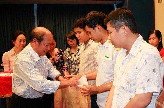 ông Nguyễn Thanh Hùng, Phó Bí thư thường trực Đảng ủy Ngân hàng Đông Á, tặng quà cho công nhân khó khăn