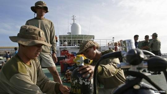 Thợ lặn bị hạn chế hoạt động hôm 1-1 do thời tiết xấu. Ảnh: Reuters