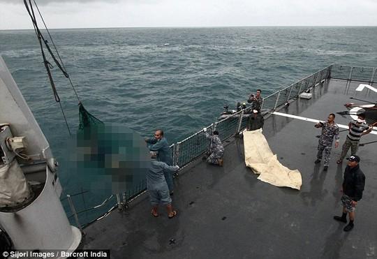 Một thi thể được kéo lên tàu trong ngày 2-1. Ảnh: Barcroft India