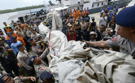 Các mảnh vỡ được đưa về thị trấn Pangkala Bun của Indonesia. Ảnh: Reuters