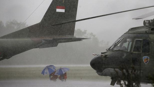 Mưa to chiều 4-1 khiến đội bay của Không quân Indonesia phải tạm dừng hoạt động. Ảnh: Reuters