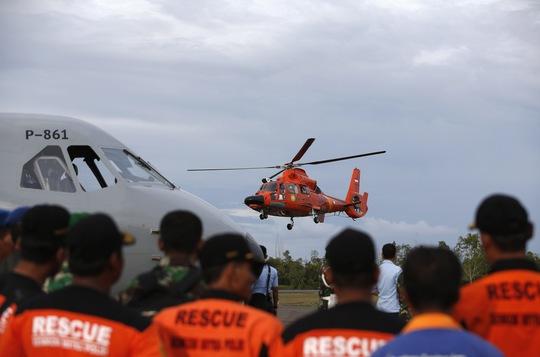 Một trực thăng của đội tìm kiếm cứu hộ trên biển Indonesia cất cánh sau khi đưa thi thể một nạn nhân của vụ rơi máy bay AirAsia QZ8501 vào bờ hôm 1-1-2015. Ảnh: Reuters