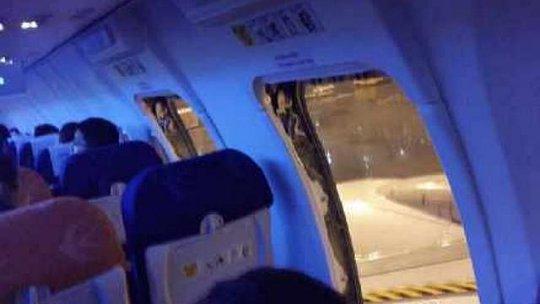 Một số hành khách đã mở 3 cửa thoát hiểm. Ảnh: Weibo