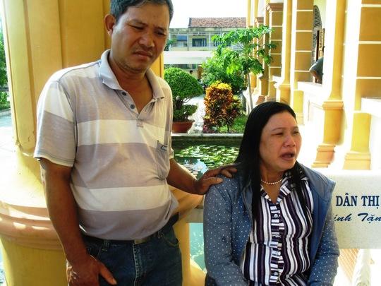 Bà Ngô Thị Tuyết chạy ra trước sảnh tòa ngồi khóc