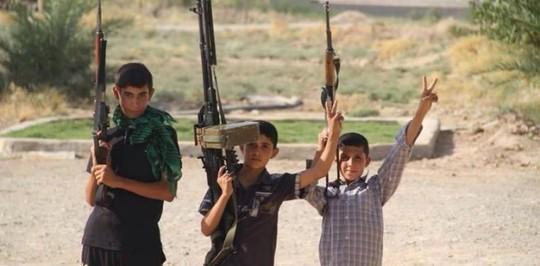 Nhiều học sinh bị bắt cóc được IS đào tạo thành tay súng. Ảnh: Basnews