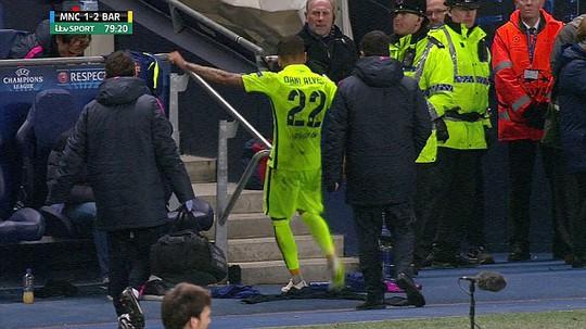 Hành động không đẹp của Alves