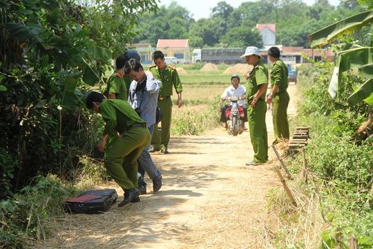 Công an tỉnh Quảng Nam khám nghiệm hiện trường vụ án mạng. Ảnh: Lê Tiến