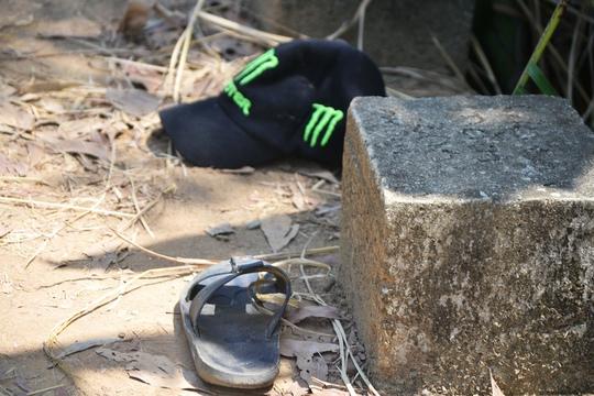 Những tang vật của vụ án tại nơi ông Dũng bị Thọ đâm chết. Ảnh: Lê Tiến