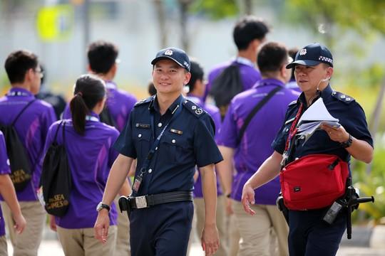 Lực lượng an ninh dù căng tẳhng nhưng luôn nở nụ cười với du khách