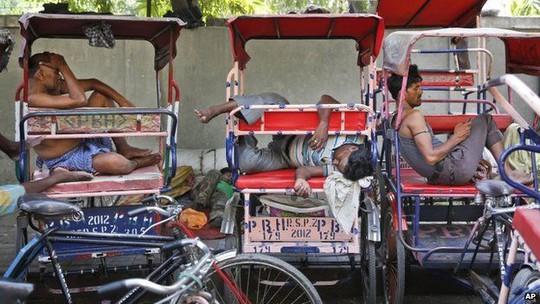 Khổ sở vì nắng nóng ở New Delhi. Ảnh: AP