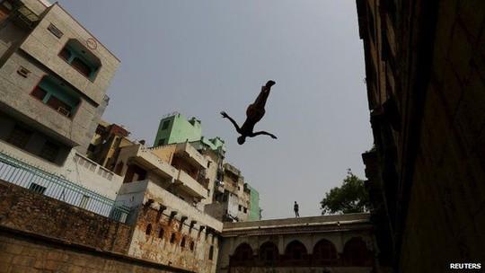 Nhảy xuống hồ nước New Delhi để giải nhiệt. Ảnh: Reuters