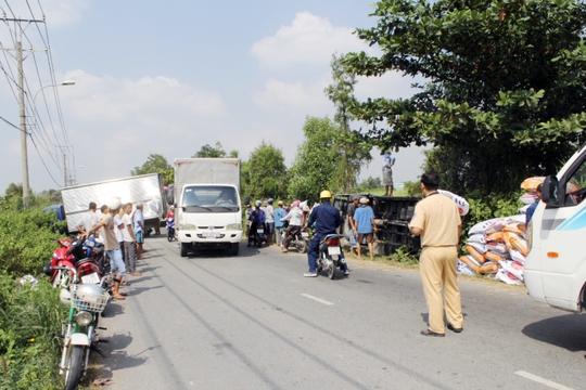 Hiện trường vụ tai nạn xe tải chở phân bón đâm xe tải đậu bên đường rồi lật nhào