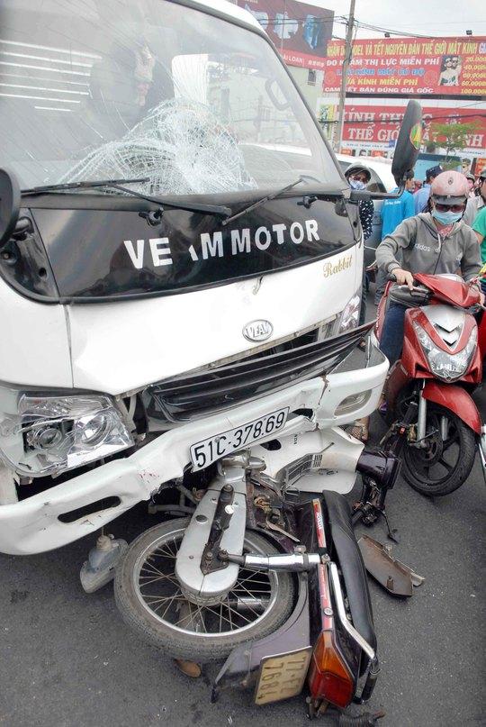 Phóng tốc độ nhanh, chiếc xe tải tông văng người phụ nữ nhiều mét trên Quốc lộ 1 khiến người này bất tỉnh tại chỗ.