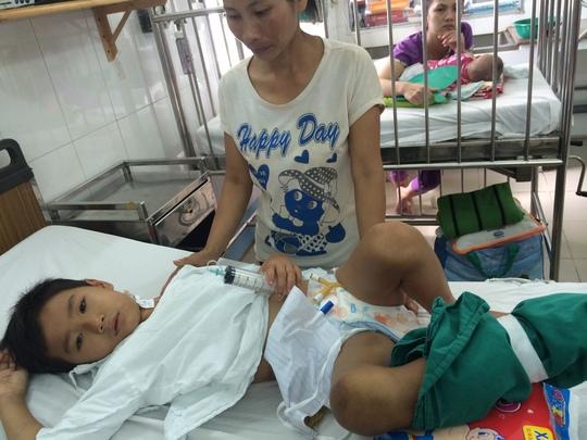 Một bệnh nhân đang điều trị bị rắn lục đuôi đỏ cắn tại Bệnh viện Nhi Đồng 1, TP HCM.