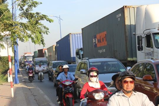 Giao thông tê liệt trước ngày thông xe đường dẫn cao tốc