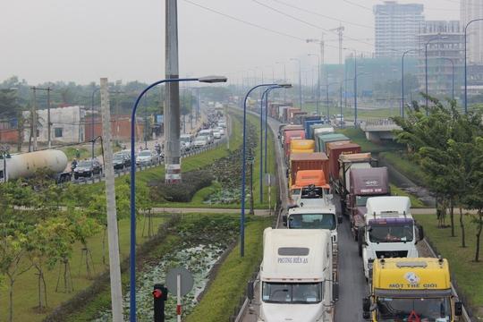 Hàng ngàn phương tiện kẹt cứng hàng km ở cả hai hướng trên xa lộ Hà Nội
