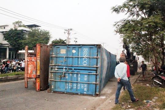 Xe container mất lái leo lên dải phân cách rồi lật ngang đường