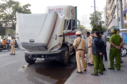 Xe đầu kéo mất lái tông vào xe 7 chỗ trên đường Tôn Đức Thắng, quận 1, sáng 21-1