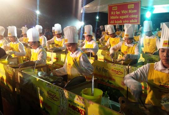 40 người cùng tham gia đỗ chiếc bánh xèo kỷ lục Việt Nam