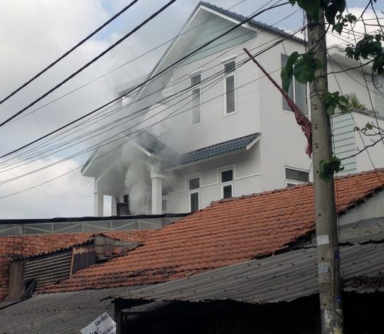 Khói bốc lên nghi ngút ở căn nhà 3 tầng trên đường Tăng Nhơn Phú (quận 9)