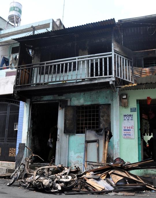 Lực lượng chữa cháy giải cứu 4 người trong ngôi nhà. Tuy nhiên, bé Lợi đã tử vong trên đường đi cấp cứu.