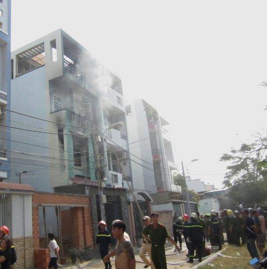 Khói vẫn bốc lên nghi ngút trong căn nhà dù lính cứu hỏa đã tích cực xịt nước vào đám cháy