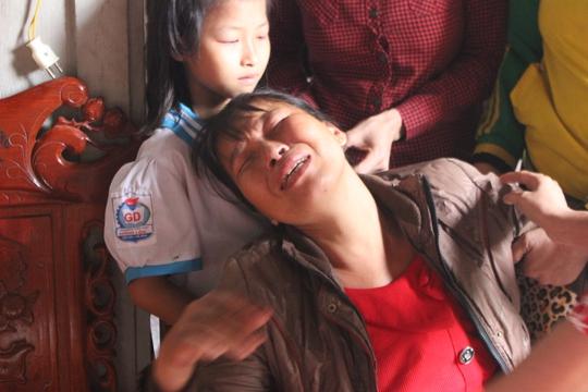 Chị Trần Thị Hồng khóc ngất khi kể về cái chết của con
