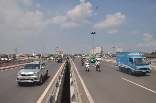 Nắng nóng lên đỉnh điểm từ khoảng 11 giờ đến 13 giờ khiến các con đường trở nên vắng vẻ.