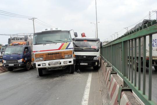 Xe ben và xe tải đụng nhau nằm chắn ngang trên Quốc lộ 1