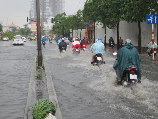Đường Nguyễn Hữu Cảnh (quận Bình Thạnh) nước ngập gần nửa mét