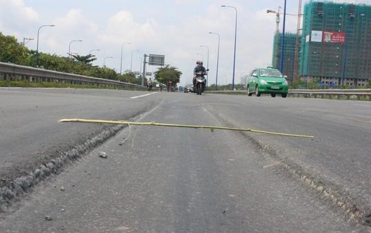 Mặt đường lún nặng, tạo thành rãnh sâu khoảng 10 cm tại nút giao thông dưới chân cầu vượt Cát Lái (đường Mai Chí Thọ, quận 2, TP HCM)