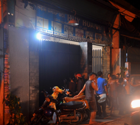 Người dân bán tán xôn xao trước căn nhà nơi xảy ra vụ việc