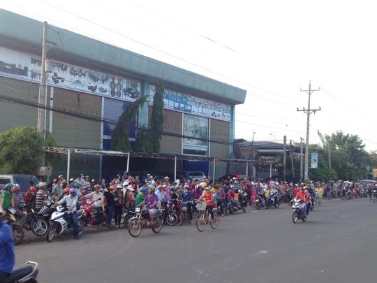 Người dân đưa tiễn nạn nhân bằng xe gắn máy