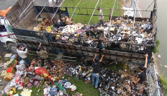 Hơn 60 % số hàng hóa trên thùng xe bị cháy rụi, hư hại