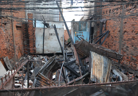 Căn nhà đổ sập hoàn toàn sau vụ cháy