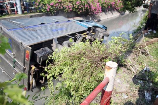Hiện trường xe tải lao xuống kênh Tô Hiệu