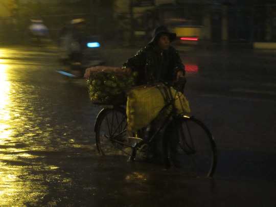 Tiểu thương vội vã đẩy hàng đi bán sớm trong cơn mưa rào bất chợt